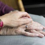 Comment s'occuper d'une personne âgée à domicile ?