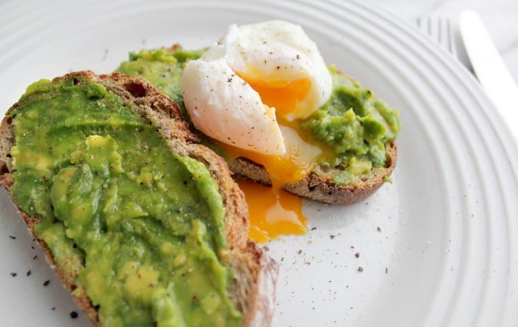 Un toast œuf-avocat