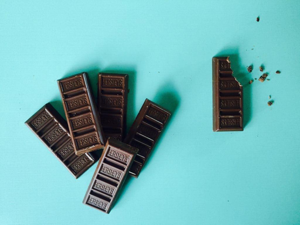 Manger un petit bout de chocolat