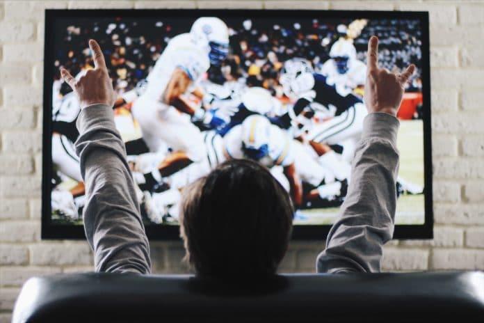 Homme devant la télé