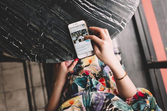 Téléphone avec instagram ouvert sur l'écran