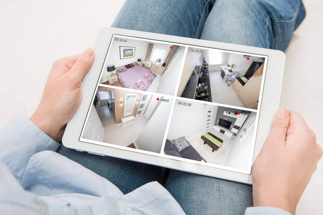 Visionnage des images d'une caméra de surveillance avec une tablette.