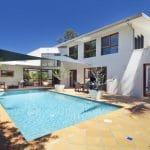 Aménager le pool house avec un store banne