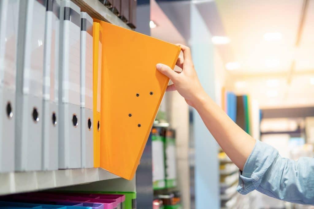 Quels documents le commerçant doit-il fournir annuellement ?