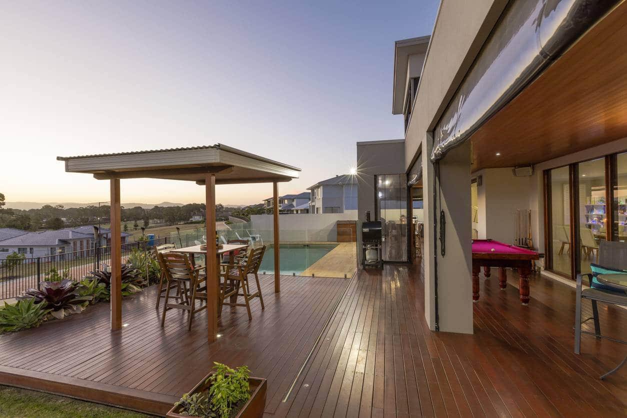 piscine extérieure et bois