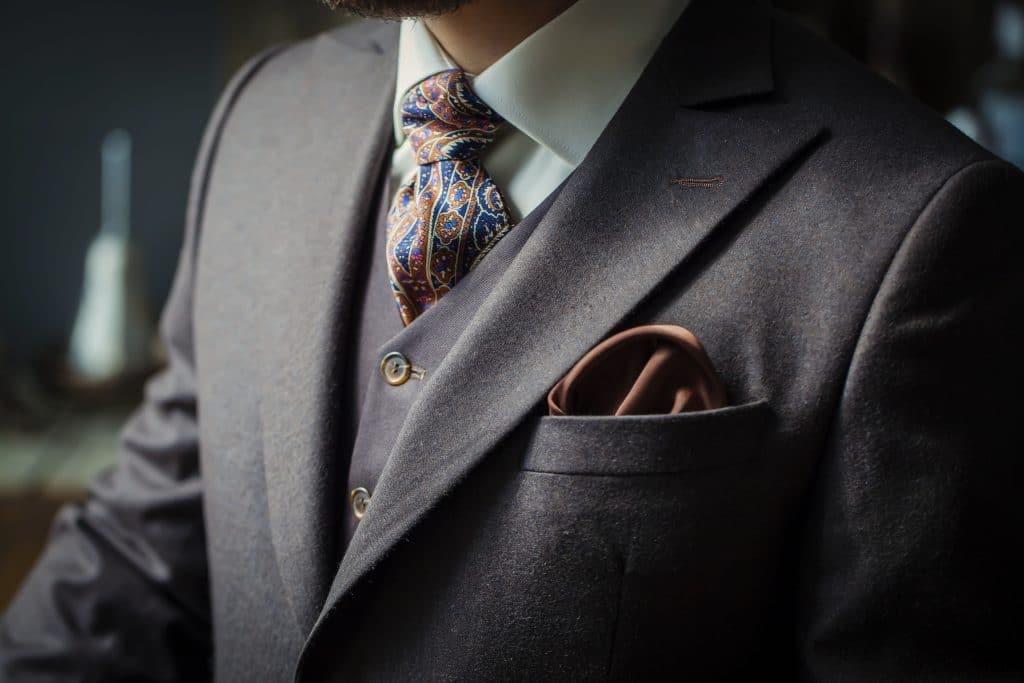Comment accessoiriser un costume ?